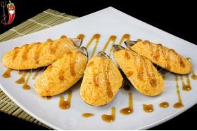 Запечённые мидии в ракушках со спайси соусом